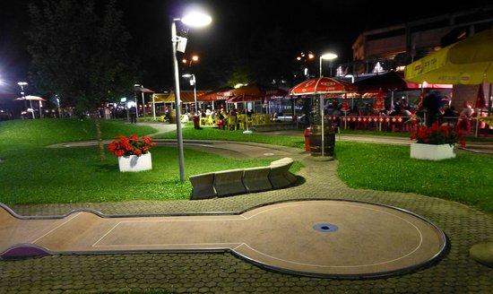 Le minigolf de Neuchâtel éclairé en soirée.