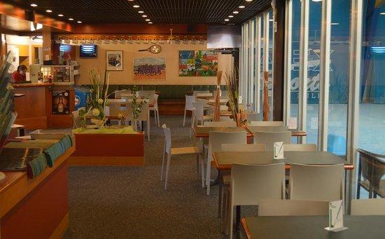 Un restaurant est à disposition dans la halle de tennis intérieure.