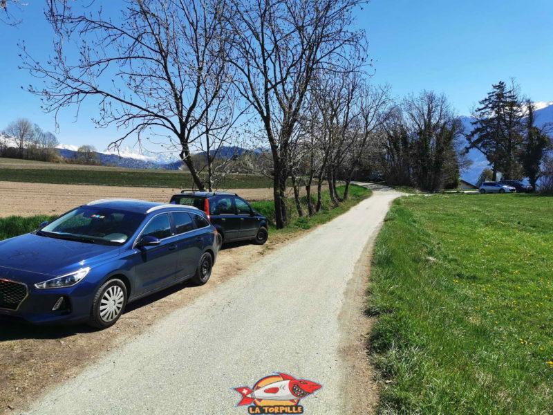 Quelques places de parking en haut de la route de la Luitte, tout près de la route principale d'Arbaz