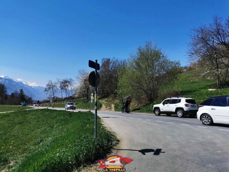 Le début du parcours et la traversée de la route d'Arbaz.