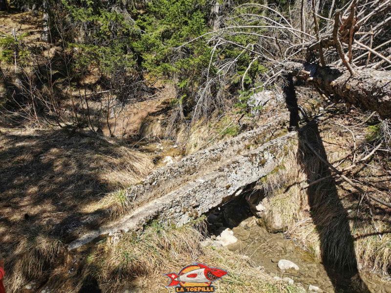 Un petit pont pour faire passer les eaux du bisse de Sion au dessus du bisse de Grimisuat.