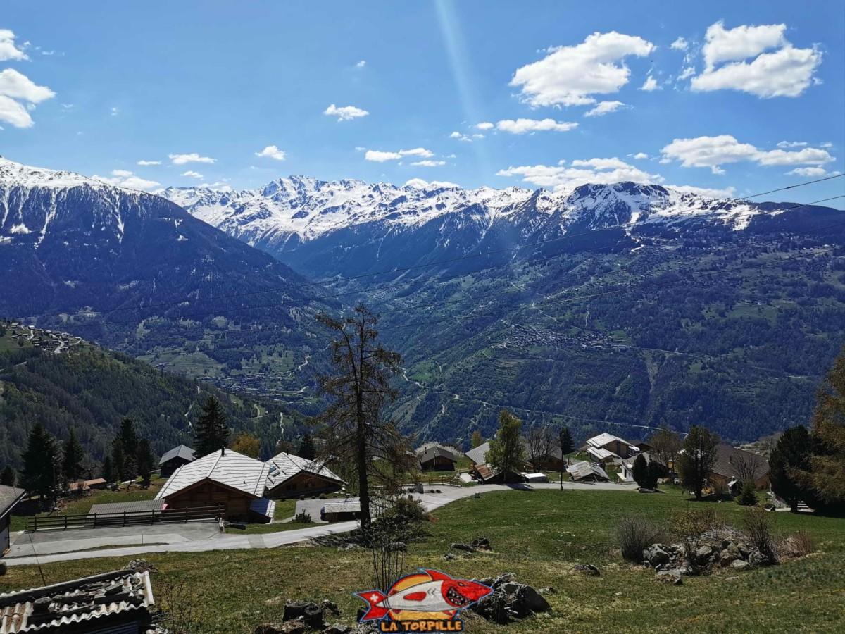La superbe vue depuis la parking. On peut voir par exemple le village de Grimentz.