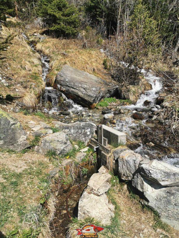 La prise d'eau du bisse dans le torrent de la Manna. bisse de tsa creta
