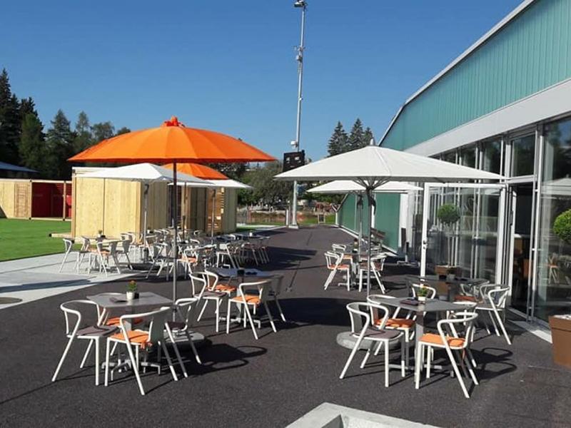 Le café d'Ycoor avec la terrasse.