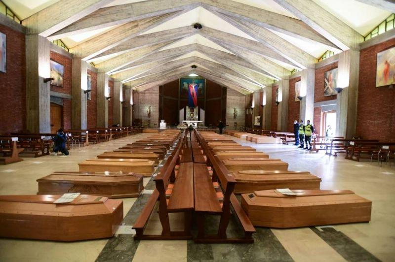 Une photo très anxiogène de cercueils dans l'église San Giuseppe de Serate dans le nord de l'Italie pour monter l'augementation du nombre de morts avec le COVID-19