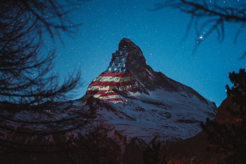 Le Cervin illuminé aux couleurs des Etats-Unis.