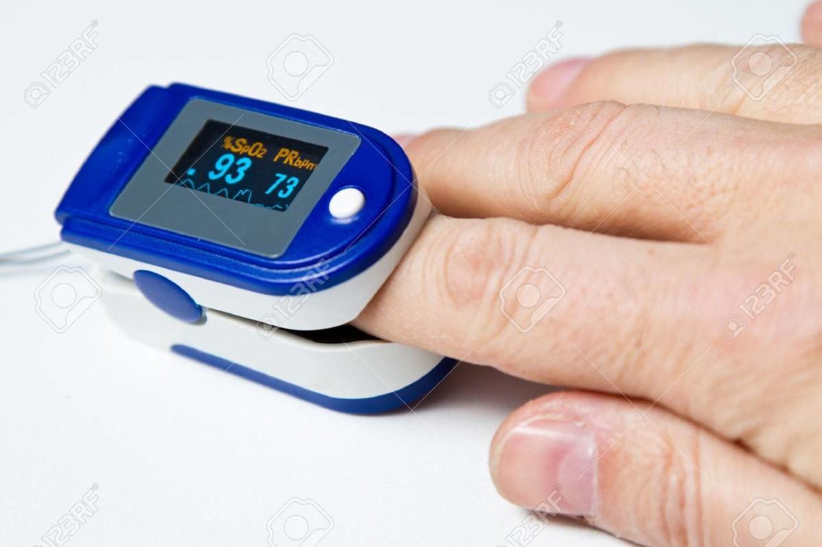 Un oxymètre mesurant la saturation en oxygène du sang au niveau d'un doigt.