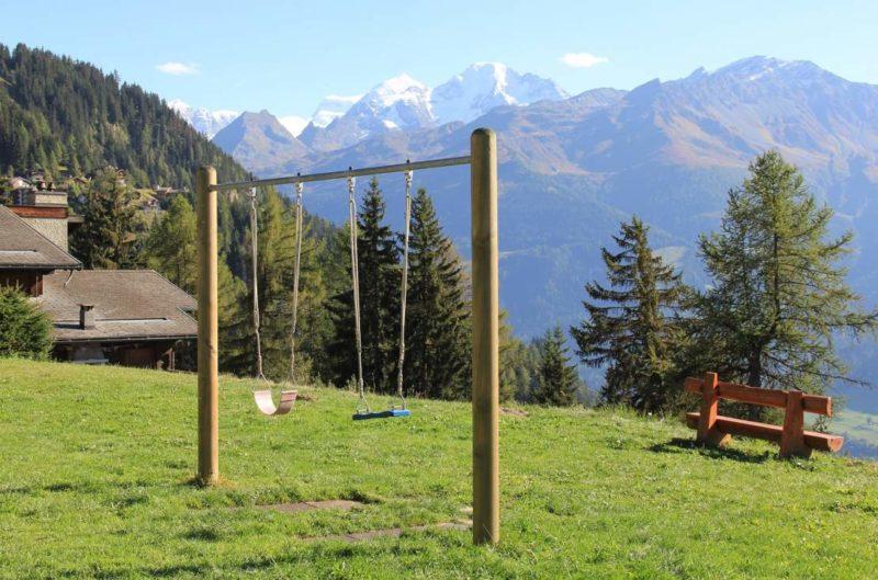 La place de jeux avec la vue sur les Alpes et le Grand-Combin
