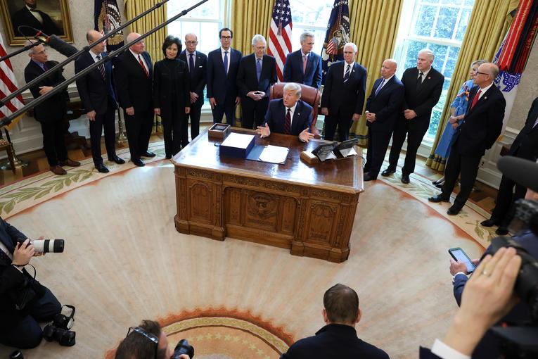 La signature du plan de relance des Etats-Unis le 27 mars 2020 à la Maison Blanche.