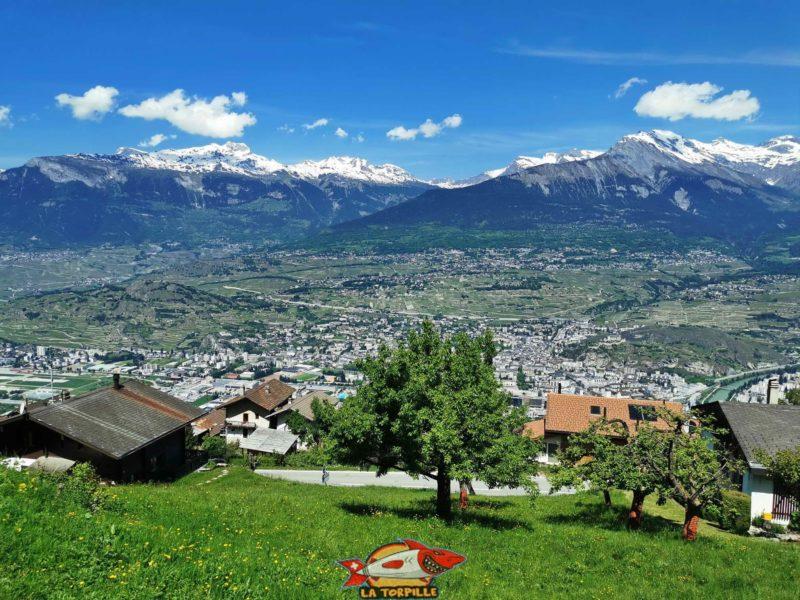 Magnifique vue sur Sion et la vallée du Rhône dès le début de la balade le long du bisse de Salins.