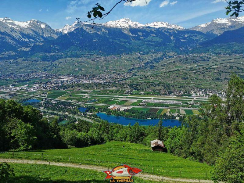 La vue sur la vallée du Rhône avec les lacs du domaine des ìles de Sion.
