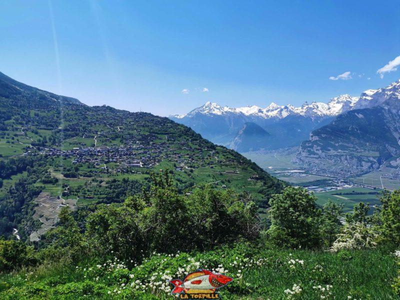 Jolie vue sur Nendaz. Le parcours quitte le versant Sud de la vallée du Rhône et remonte sur le flan Est du Val de Nendaz.