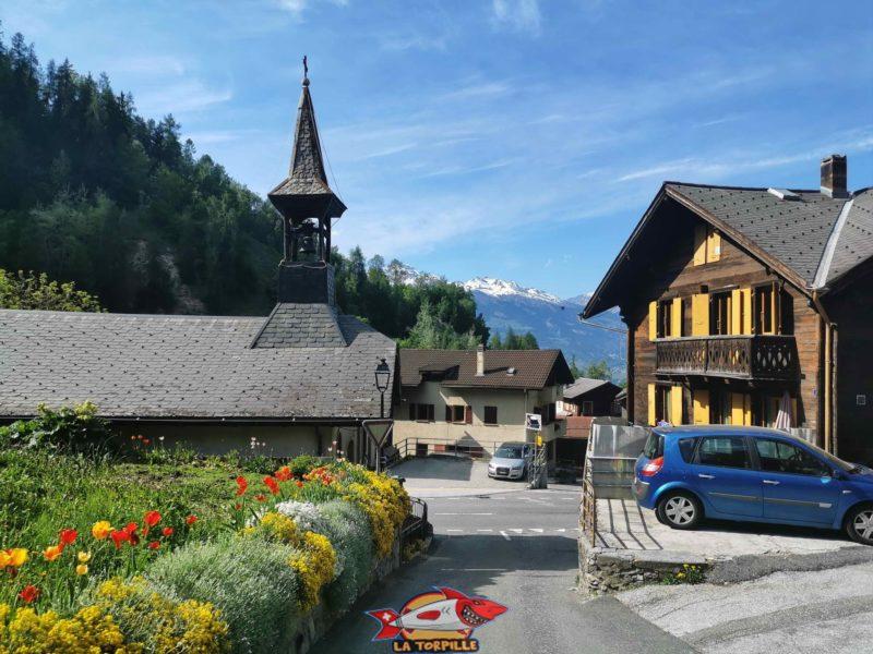 Le passage dans le village de Beuson avec sa chapelle.