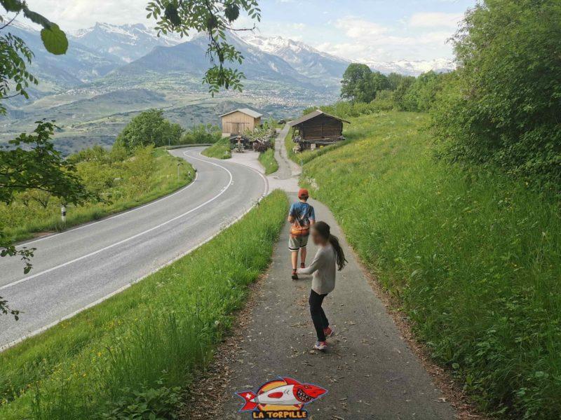 Le chemin croise la route principale Sion - Nendaz.