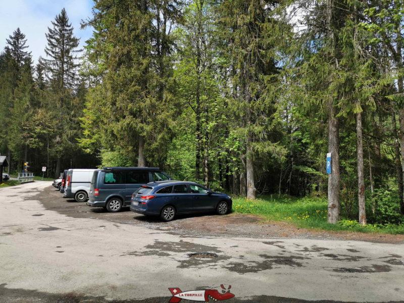 Le parking pour accéder à la passerelle du Léderrey.