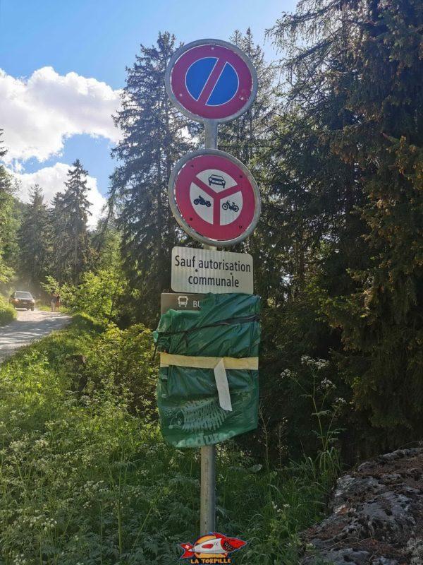 Le panneau d'interdiction de circuler.