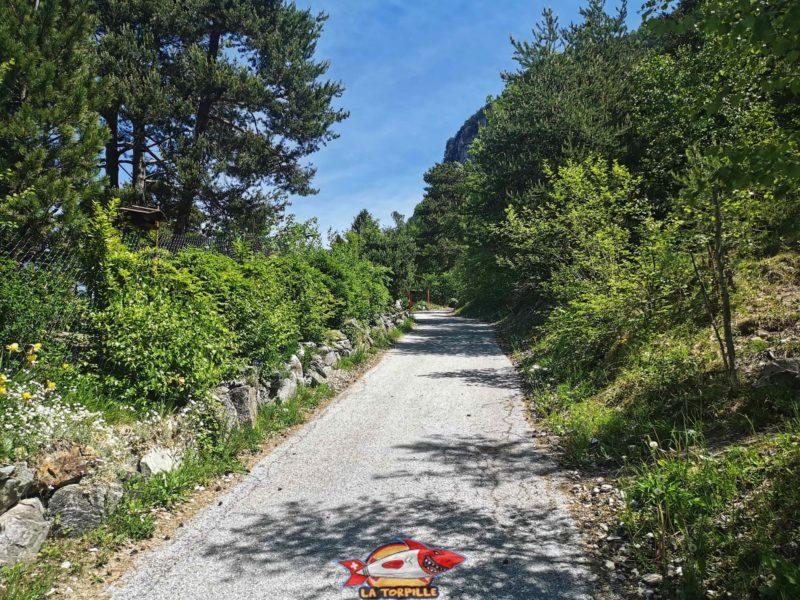 Le debout du parcours en forte montée sur une route goudronnée.