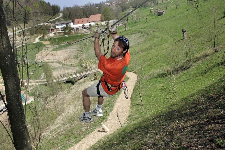 Une tyrolienne à l'aventure jura parc.