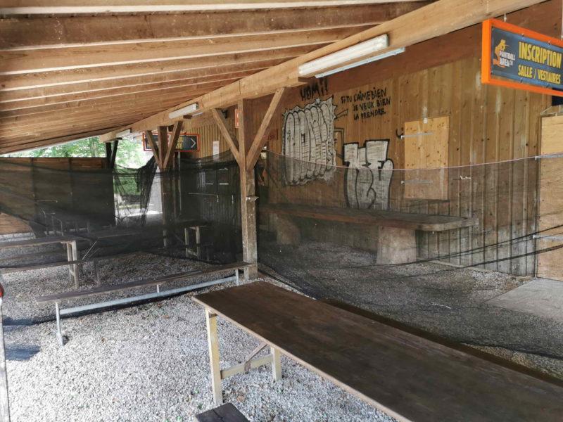 Des tables sont disponibles sous le couvert de la réception.
