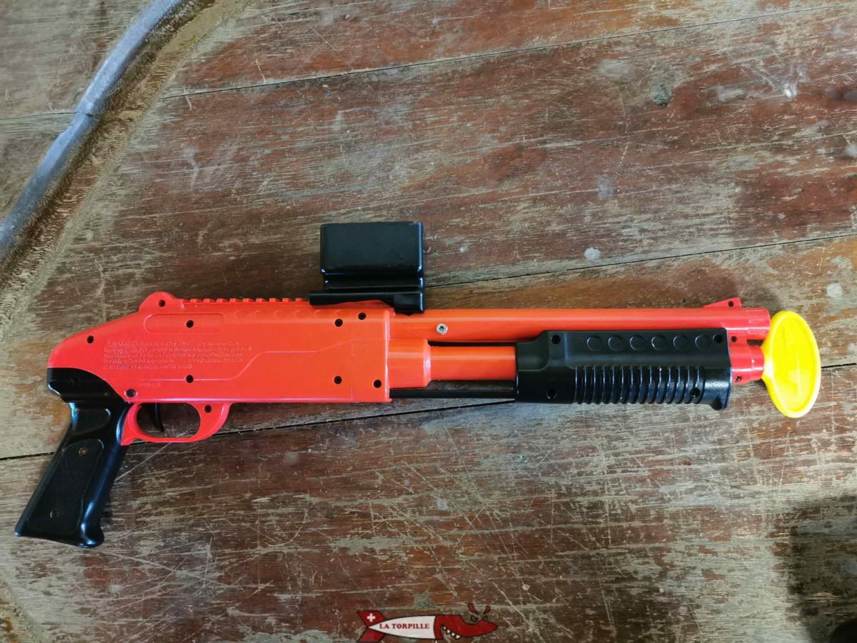 Un pistolet de paintball pour enfant. Il fonctionne pas avec l'air comprimé mais avec une recharge manuelle à chaque coups.
