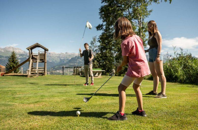 Des joueurs de Swin Golf sur un parcours à Nax.