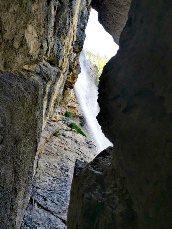 Un passage étroit avant de passer sous la cascade.