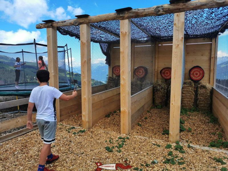 La lancer de la hache est réservé aux adultes, le enfants d'au moins 10-12 ans peuvent également faire si ils sont accompagnés