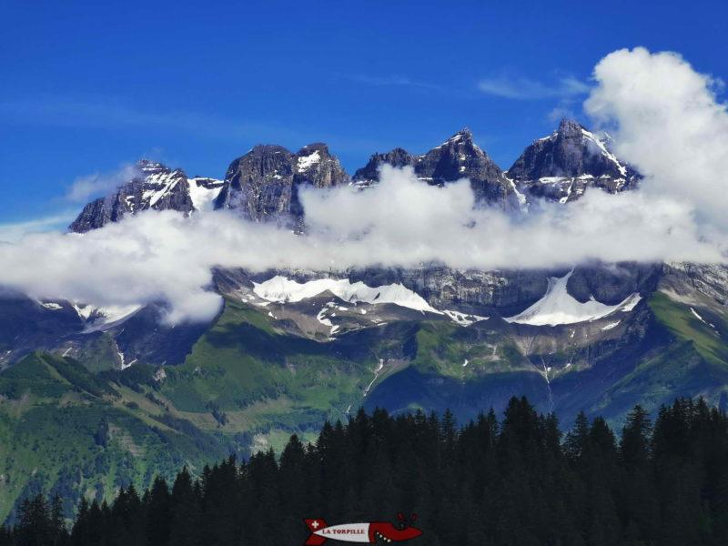 Les Dents du Midi partiellement dans les nuages.