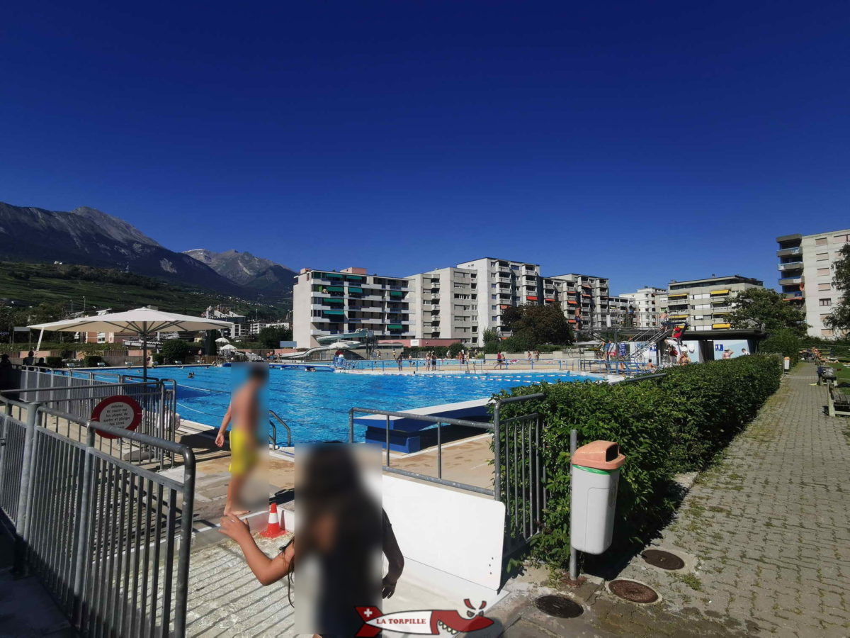 La piscine extérieure de la Blancherie dans la ville de Sion. Elle possède une nouveau toboggan à trois personnes chronométré.