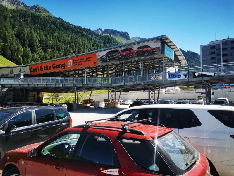Un grand parking se trouve à côté du départ des remontées mécaniques de Siviez.