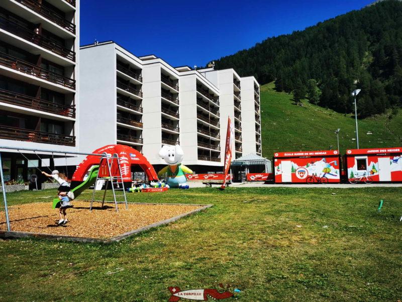 La caisse pour les trottinherbes se trouve au pied des barres d'immeuble de Siviez à l'école Suisse de ski.