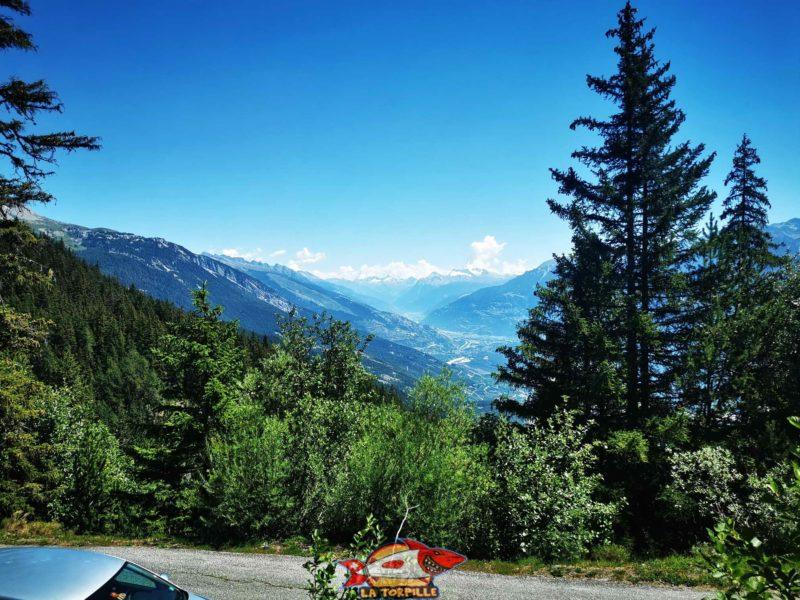 Jolie vue en direction du Haut-Valais. bisse du Tsittoret