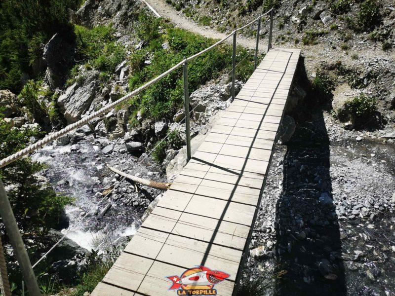 Le pont sur le torrent Bovèreche. bisse du Tsittoret