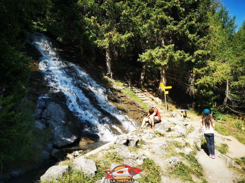 Le bisse qui forme une cascade au-dessus de la cave du Scex. bisse du Tsittoret