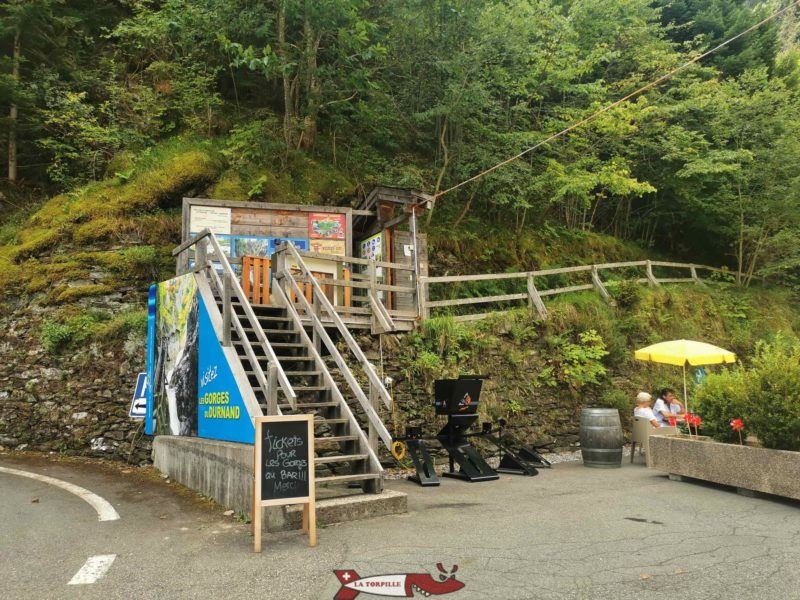La porte d'accès aux gorges à côté du restaurant.