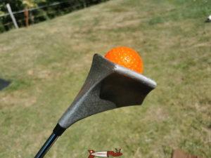 La face inférieur de la canne de swin golf peut être creuse de façon a pouvoir récupérer sa balle sans se baisser.