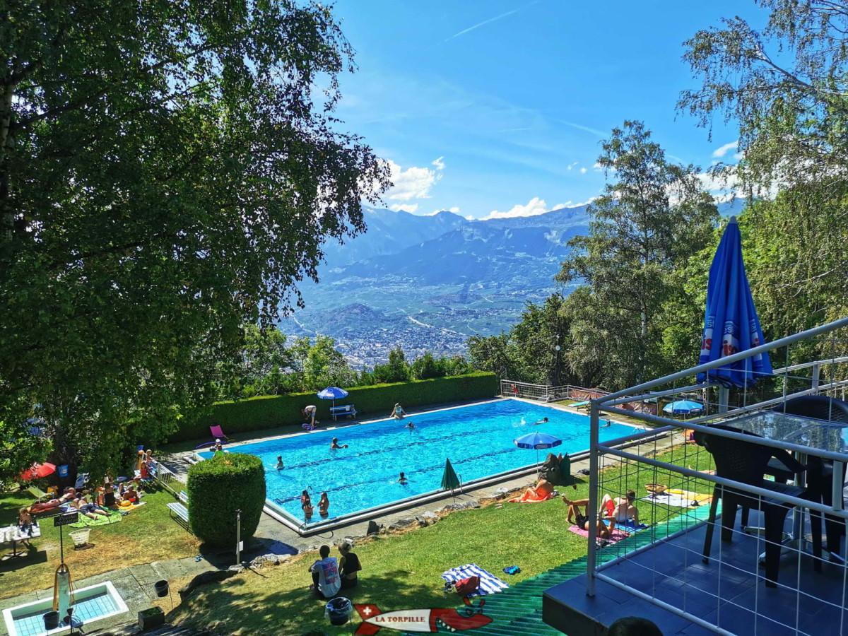 Le bassin d'eau chaude extérieure d'Anzère Spa & Wellness. Il profite d'une jolie vue sur le versant Sud de la vallée du Rhône.