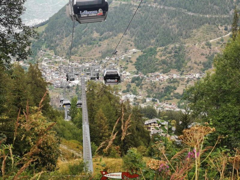 Le télécabine la Tzoumaz - Savoleyres avec la vue sur le village d'Isérables.