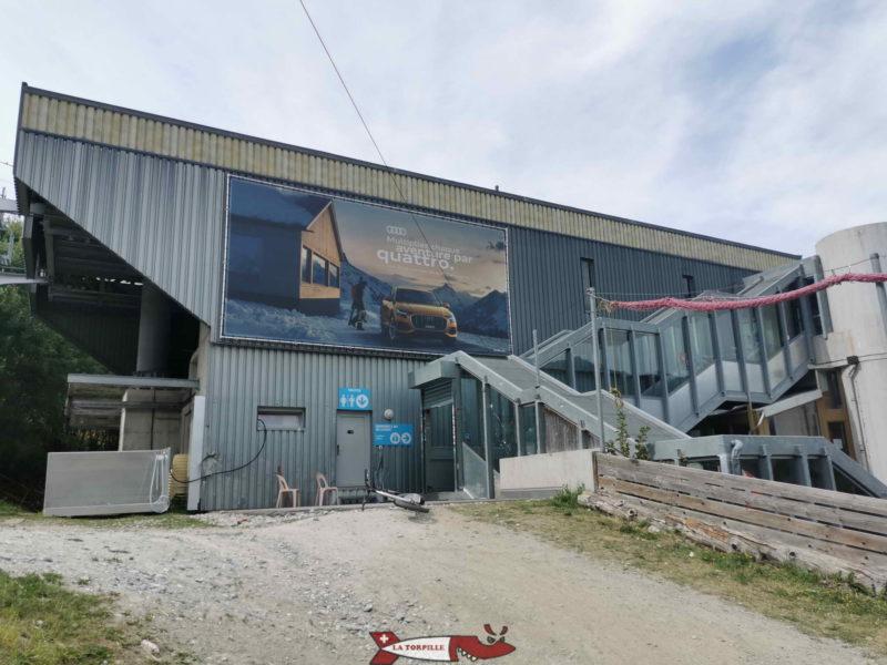 Le bâtiment de départ du télécabine de Savoleyre dans le village de la Tzoumaz. C'est à cet endroit que l'on rend les trottinherbes.