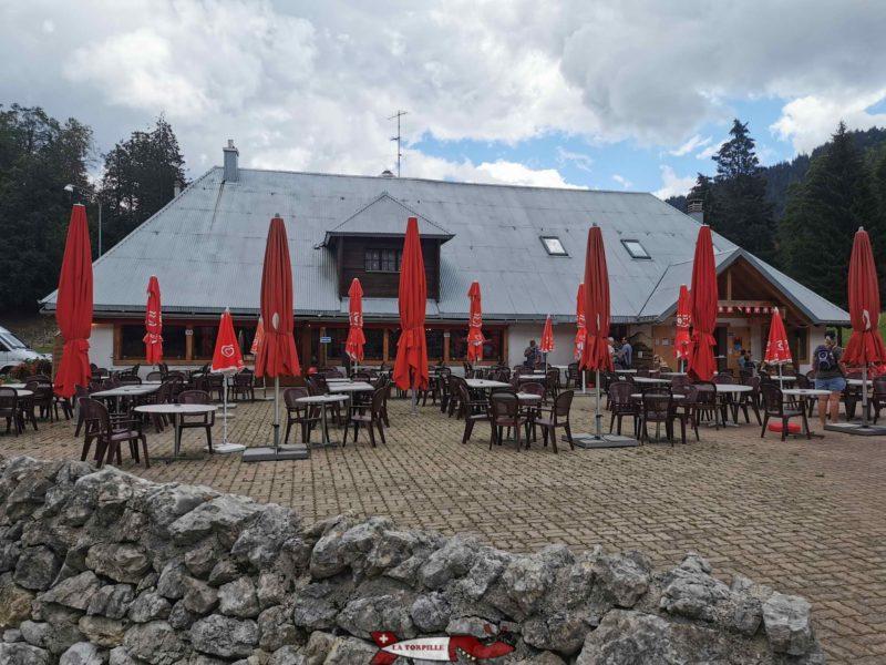 A l'entrée du zoo jura parc, se trouve un restaurant avec une grande terrasse et une place de jeux pour les enfants.