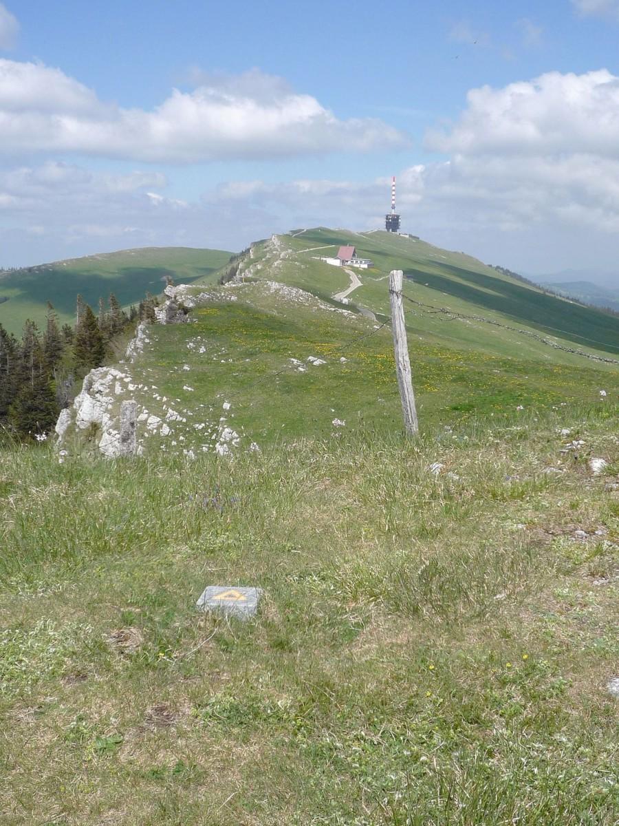 Le sommet Chasseral au loin avec la tour de télécommunication et le restaurant depuis le Chasseral Ouest.