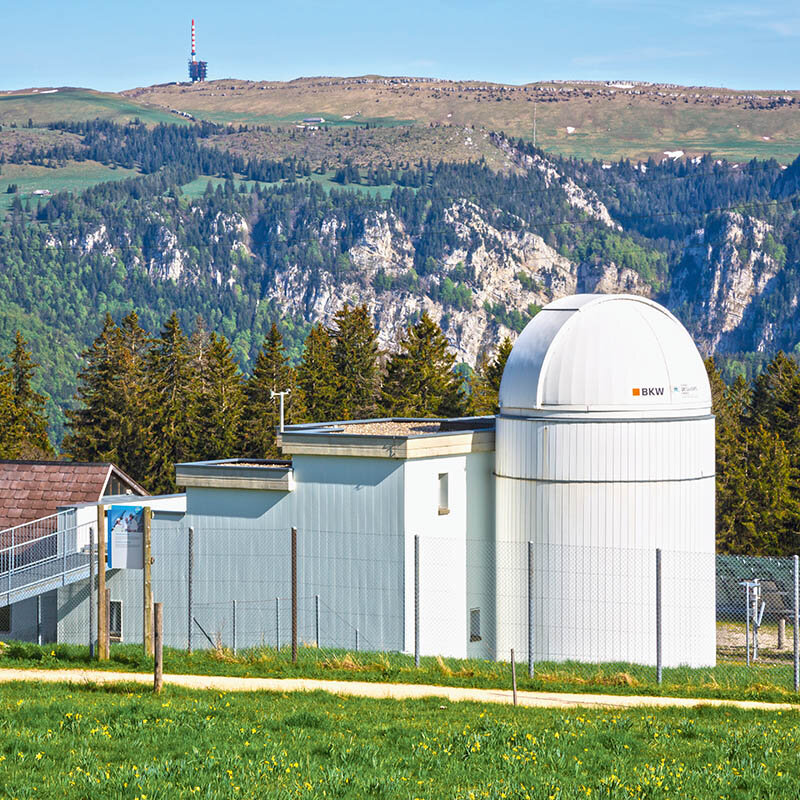 L'observatoire du Mont-Soleil dans le Jura bernois avec l'antenne du Chasseral au loin.