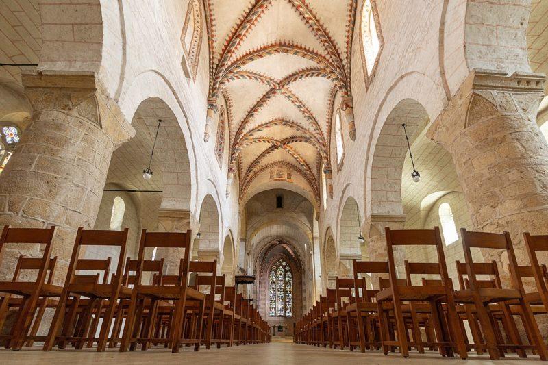L'intérieur de l'abbatiale de Romainmôtier.