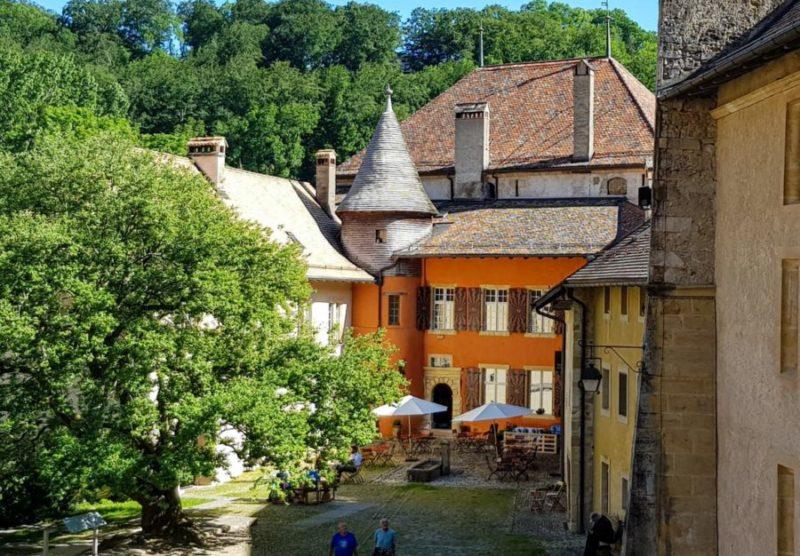La Maison du Prieur en orange.