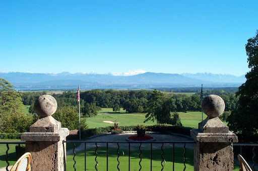 La vue sur le Léman et le Mont-Blanc au milieu de l'image