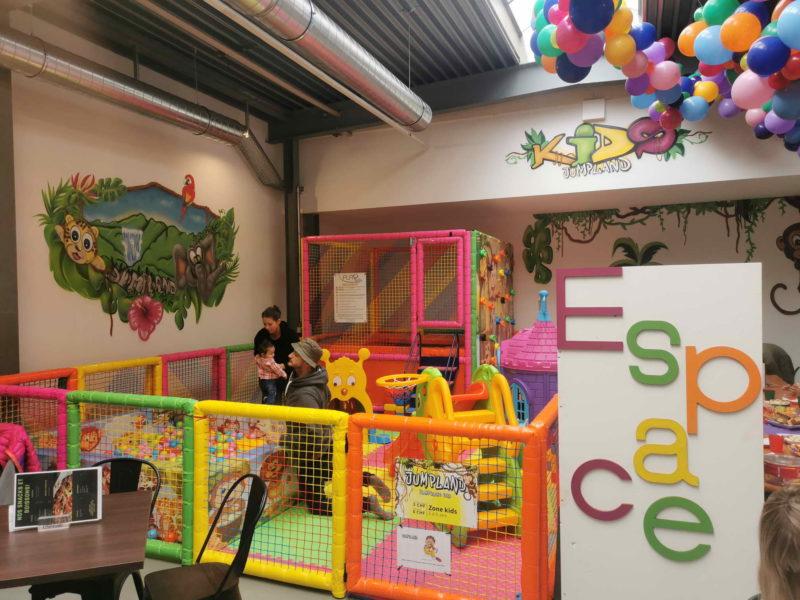 Petit espace pour les enfants de 3 à 5 ans avec toboggans, boules, trampolines et mur d'escalade.