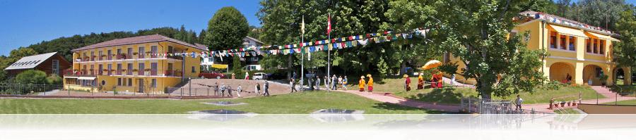 Rabten Choeling avec les fameux petits drapeaux colorés