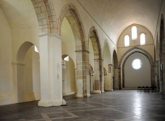 L'intérieur de l'église de Bonmont avec de jolis volumes.