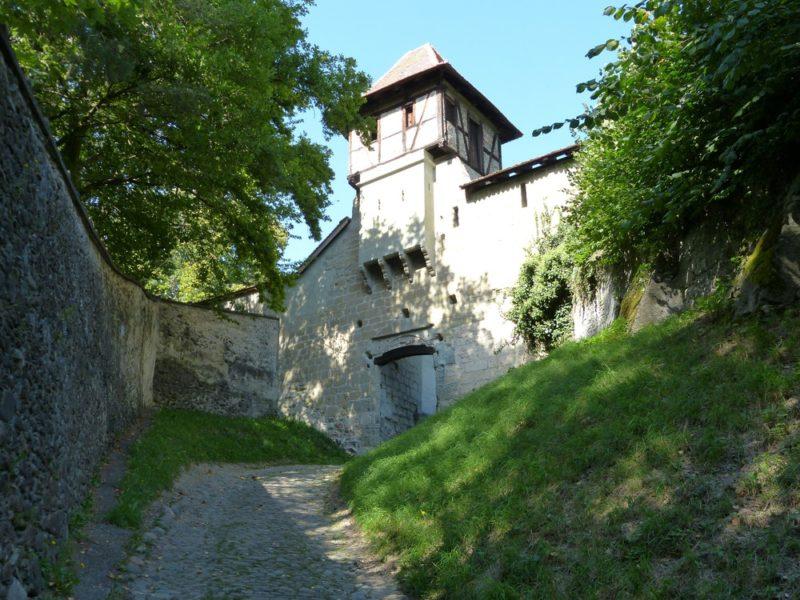 Un ancien portal d'entrée fortifié.