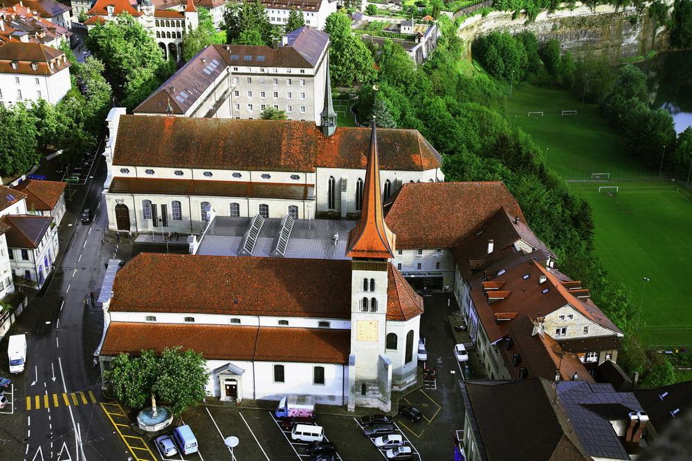 Une vue aérienne de la basilique. Le musée Gutenberg se trouve juste derrière le clocher.